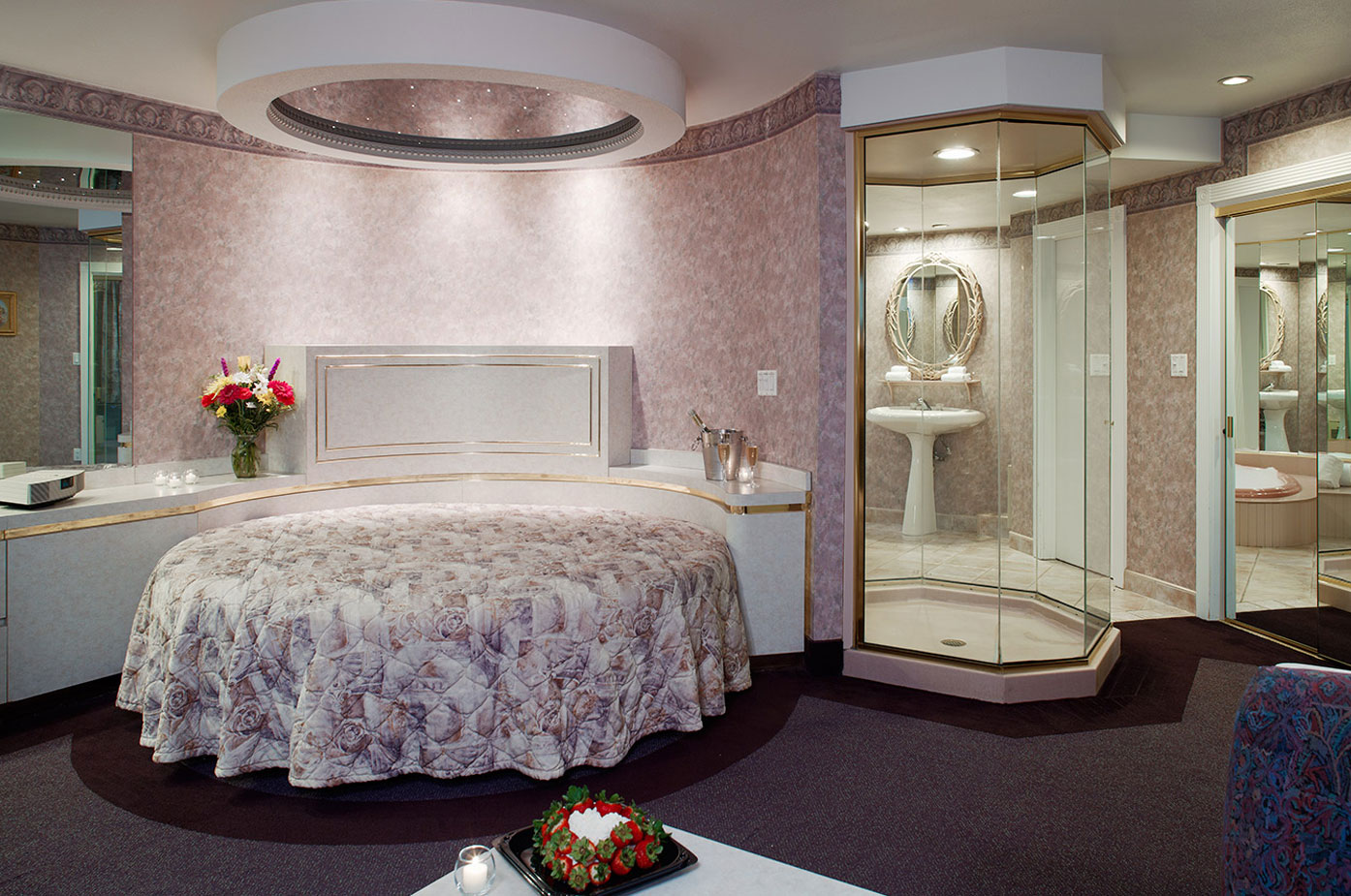web-HarbourTower-Suite-Bed_CH